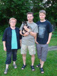 Mona, Kristian og Håkon med lille Toya