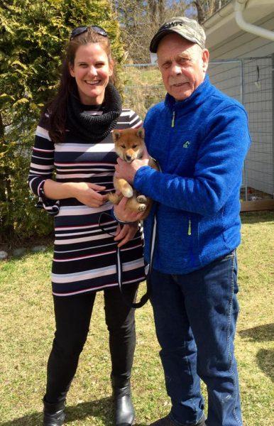 Isak med sin nye eier, Terje og hans datter Ruth-Anne
