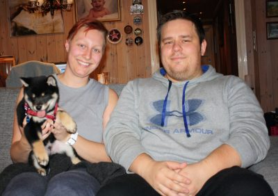 Teemo med sine nye eiere, Ann-Christin og Bjørn Anders