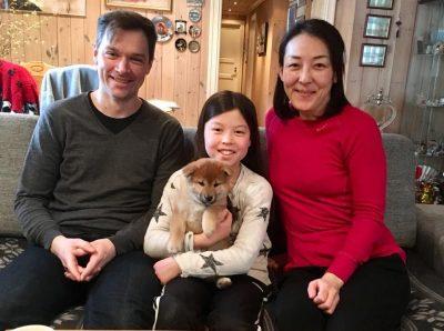 Genki med sine nye eiere, Trus, Mina og Yoko