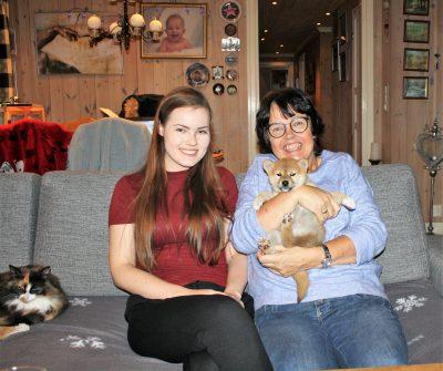 Ayla med sin nye eier, Lillian og hennes datter Iselin.