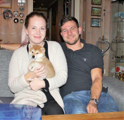Tetsu med sine nye eiere, Mari og Joakim